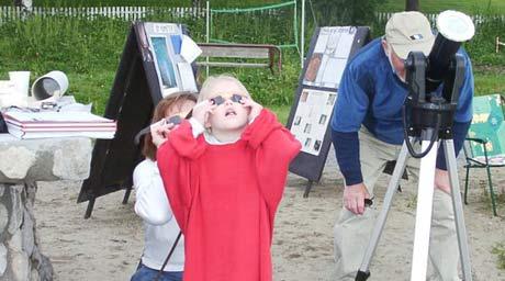 Helene og Anette (5) med brillene på - viktig med ordentlig utstyr for ikke å få varige skader på øynene og Morten Vagnby fra Gjøvik og Toten astonomiforening. (Foto: Jorun Vang)