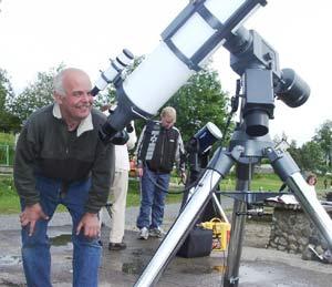 Ola Smedstuen i Gjøvik og Toten astronomiforening kikker på venuspassasjen. (Foto: Jorun Vang)