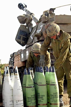 Israelske soldater har ammunisjonen klar på en grensepost ved Shebaa-farmene. Bildet er fra mai. (Foto: AGush, AFP)