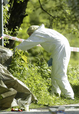 En kriminaltekniker saumfarer onsdag åstedet der Anne Slåtten ble drept på vei til jobbb søndag morgen. Foto: Håkon Mosvold Larsen/Scanpix