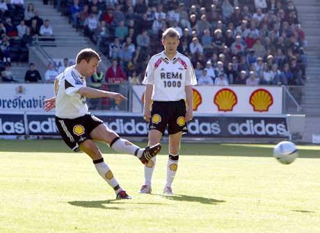Ståle Stensaas smeller til på frispark og gjør 1-0. (Foto: Gorm Kallestad / SCANPIX)
