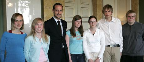 Fra venstre: Hanne Trøen, Stine Kindølshaug, kronprins Haakon, Kristin Dalvang, Jorunn Hoås, Magnus Ruderaas og Hans Herman Hansen. (Foto:Foto: Erik Johansen/SCANPIX)