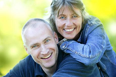 Erik Thorstvedt og Cille Biermann hører du i Reiseradioen i sommer. (Foto: NRK/Ole Kaland)