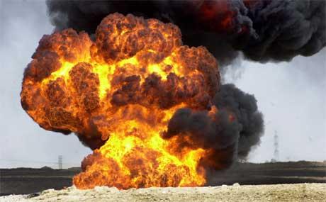 Så sent som i går ble en oljeledning satt i brann i ørkenen 25 mil nord for Bagdad (Scanpix/AP)