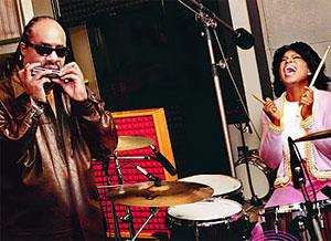 Hva er skumlest; Stevie Wonder bak rattet, eller Oprah Winfrey bak trommesettet? Vi er usikre. (Foto: www.oprah.com)