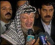 En engasjert Yasir Arafat kommenterer Baraks utspill. (Foto: APTN/JVT/IBA).