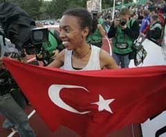 Elvan Abeylegesse viftet med det tyrkiske flagget etter verdensrekorden. (Foto: Cornelius Poppe / SCANPIX)