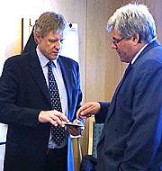 Tor J. Strand (t.v.) og styreleder Ole Fr. Hienn i retten. Foto NRK.