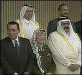 Både Egypts president Hosni Mubarak (til venstre) og palestinernes president Yasir Arafat (i midten) deltok på det arabiske toppmøtet i helgen (Foto EBU).