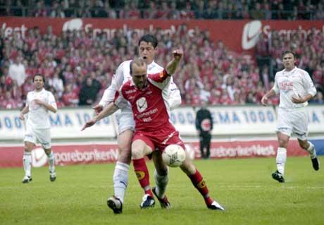 Thomas Lund blir felt av Fredrikstads Roger Helland og får straffespark. (Foto: Marit Hommedal / Scanpix)