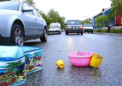 Lekesaker hindret trafikken i Fredensborgveien i Bodø. Foto: Ivar Jensen, NRK.