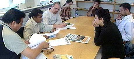 Redaktør Majoran Vivekananthan nummer to fra venstre i møte med sin redaksjon. Trisdag 15. juni kommer Utrop ut for første gang. Foto: NRK