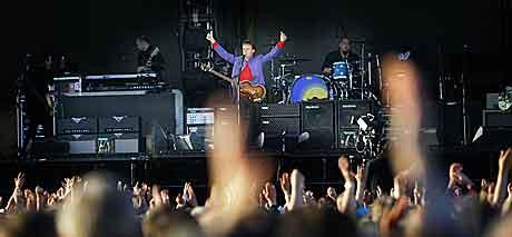 """Paul McCartney fikk med seg 25.000 på allsang med """"Hey Jude"""". Foto: Heiko Junge, Scanpix."""