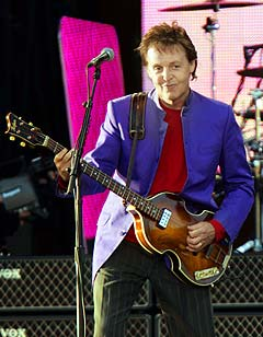 Paul McCartney flyter godt på sin sjarme og rutine, og måten han har pugget norske gloser og setninger både imponerer, morer og varmer. Foto: Heiko Junge, Scanpix.