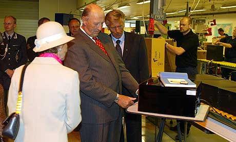 Her blir Kongen og Dronningen vist en safen sin hos Elsafe av adm.dir. Alvin Berg t.h i Leksvik tirsdag. Kongen fikk ikke fingeravtrykket sitt til å åpne den. Foto: Gorm Kallestad / SCANPIX
