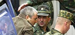 Den fengslede hovedaksjonæren i Yukos, Mikhail Khodorkovskij på vei til et rettslokale. Foto: AFP/Scanpix