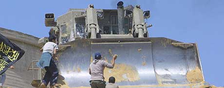 - KRENKER MENNESKERETTIGHETENE: Bulldosere som Caterpillar selger til Israel krenker menneskerettigheter, mener en FN-ekspert. (Illustrasjonsfoto: AFP/Mohammed Abed)