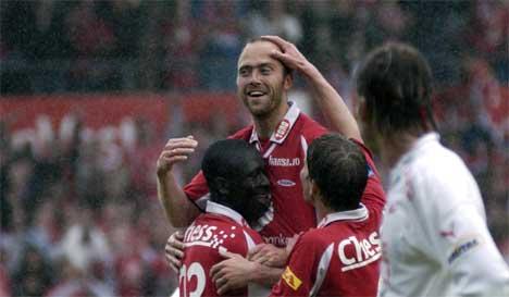 Kvisvik og de andre brannspillerne jubler etter 4-2 seieren over FFK. ( Foto: Scanpix/Marit Hommedal )