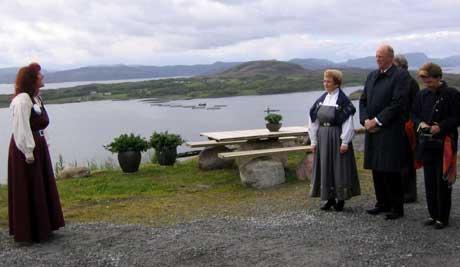Elisabeth Helmersen (t.v.)fremførte en prolog under Kongeparets besøk i Leka. (Foto: NRK)