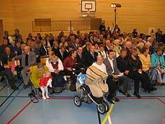 Nesten alle de 636 innbyggerne på Leka møtte opp for å møte kongeparet i Herlaugshallen. Foto: NRK Trøndelag.