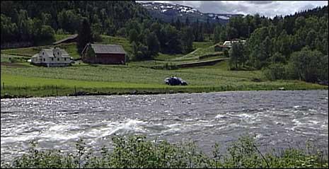 Den sakna vart funnen i ein fire meter djup høl ved Selstad i Gaular. (Foto: Arild Nybø, NRK)