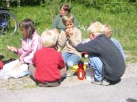 Elever og lærere heiet og passet på at de to fikk mat og drikke underveis.