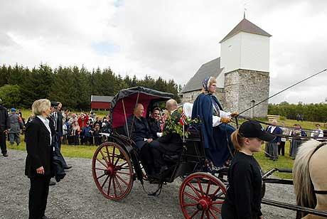 Kong Harald og dronning Sonja ankommer kirka på Nærøy med hesteskyss torsdag. Kusk Barbro Skretting t.h Foto: Gorm Kallestad / SCANPIX