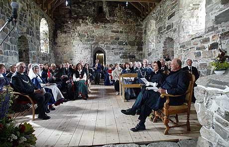 Kong Harald og dronning Sonja besøkte kirka på Nærøya torsdag. Foto: Gorm Kallestad / SCANPIX POOL
