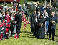 Kong Harald og dronning Sonja ankommer kirka på Nærøya torsdag. Foto: Gorm Kallestad / SCANPIX