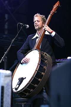 Thomas Tofte på det fascinerende instrumentet banjobass. Foto: Arne Kristian Gansmo, nrk.no/musikk.