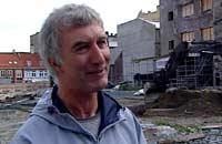 Ian Reed overvåker starten på utgravingene på branntomta i Trondheim (Foto: NRK)
