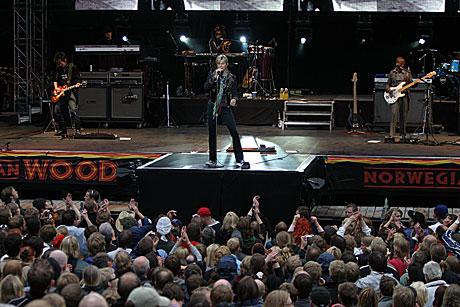 Publikum ga aldri opp selv om regnet høljet ned på David Bowie-konserten i Frognerbadet fredag. Foto: Arne Kristian Gansmo, nrk.no/musikk.