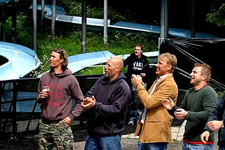 Alpinvennene til Kjetil Andre Aamodt var tydelig imponert over kameratens innsats på scenen! Foto: Arne Kristian Ganmso, NRK.