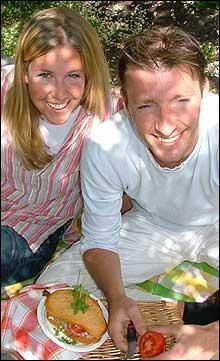 Reiseradioens Hanne Hoftun sammen med sommerkokk Ove Jakobsen skal ta deg med på picnic i hele sommer. (Foto: Marius Saasen Strand)