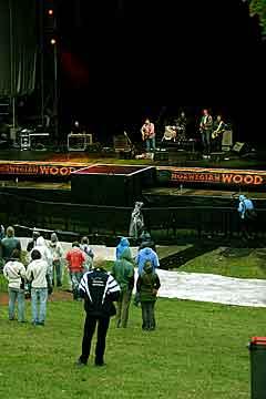 Det var svært glissent med publikum i Frognerbadet da Sgt. Petter gikk på scenen. Men de få som hadde møtt opp viste sin støtte til artisten. Foto: Arne Kristian Gansmo, NRK.