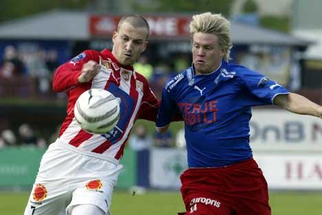 """FFK forsøkte en innspurt i 2. omgang, men Håkan Søderstjerna (t.h.) måtte se seg slått av """"Gutan"""" her ved Mika Koppinen . Foto: Lise Åserud / SCANPIX"""