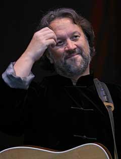 Bjørn Eidsvåg varmet det kalde festivalpublikummet med sin avslutningskonsert på Norwegian Wood søndag kveld. Foto: Arne Kristian Gansmo, NRK.