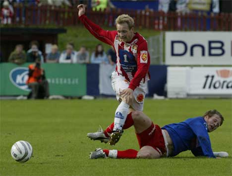 Thomas Hafstad (t.v.), Tromsø og Simen Brenne fra Fredrikstad kjemper om ballen i søndagens kamp. (Foto: Lise Åserud / SCANPIX )