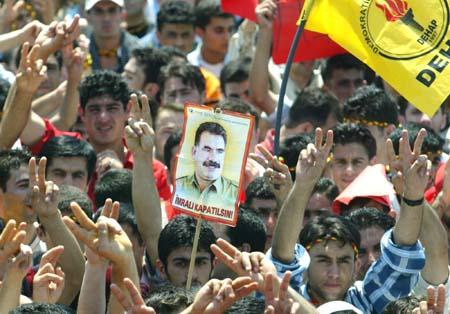 Kurdere demonstrerte forrige søndag til støtte for den fengslede PKK-lederen Öcalan. (Foto: O.Orsal, AP)