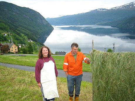 Liv Ingrid Iversen Rand og Mathias Hopland ved hersjene. Foto: Ragnhild Sleire Øyen, NRK