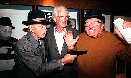 "Frank Robert alias ""Dickie Dick Dickens"" trekker mot Jack Fjeldstad alias ""Jim Cooper"". I midten instruktør Paul Skoe. (Foto: Bjørn Halfdansen, NTB Pluss)"