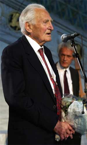Forskerne Sir Richard Peto (t.h.) og Sir Richard Doll ble tildelt Kong Olav Vs kreftforskningspris i 2002. (Foto: Terje Bendiksby / SCANPIX )
