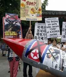 Sør-koreanske demonstranter i Seoul dagen før Beiningsamtalene (Foto: J. Lee, Reuters)