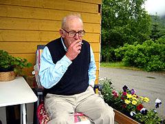 En av røykerne i Fjelli er 72 år gamle Vigleik Bergseth. Foto: Ragnhild Sleire Øyen, NRK