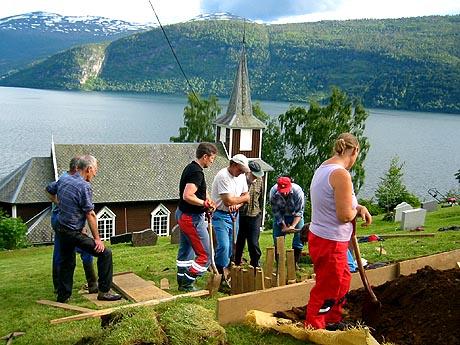 Når noen dør, graver naboene graven. Foto: Ragnhild Sleire Øyen, NRK