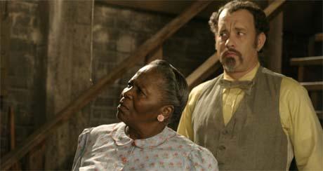 Ph. Door, som spilles av Tom Hanks, leier potetkjelleren til fru Munson (Irma P. Hall). Foto: Filmweb