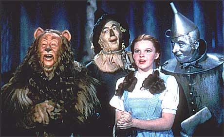 Judy Garland spilte Dorothy i Trolmannen fra Oz. Her sammen med det smått absurde rollegalleriet i filmen. Foto: Scanpix.