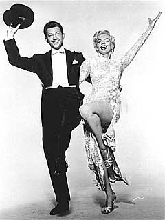 """Donald O Connor sang """"Singing in the Rain"""" i musikalen med sammen navn fra 1952. Her sammen med Marilyn Monroe. Foto: Scanpix."""