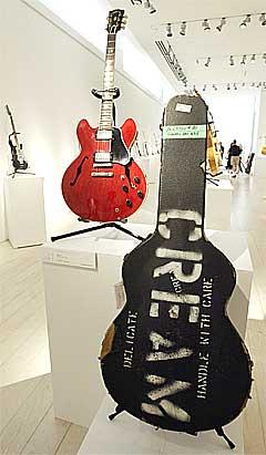 Denne Gibson ES-335 fra 1964 var den andre elektriske gitaren Eric Clapton kjøpte. Auksjonen vil inneholde 56 av Claptons gitarer. Foto: Jeff Christensen, Reuters.