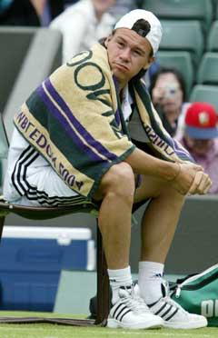 Vått og kaldt for Guillermo Coria i Wimbledon. (Foto: AP/Scanpix)